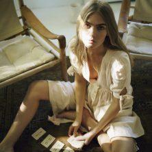 Skådespelerskan Maritza Veer från New York. Stol 'Sirocco' från Norell Möbel, design: Arne Norell.