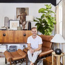 Brady Tolbert med sin Inca-fåtölj i Los Angeles. Design: Arne Norell, Norell Möbel.
