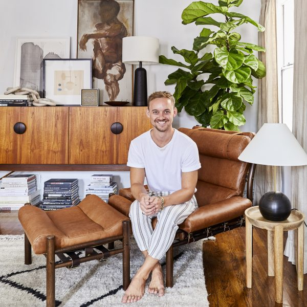 Inredningsdesigner Brady Tolbert i sin Inca från Norell Möbel. Design: Arne Norell.