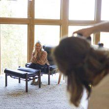 Emily Henderson och fåtöljen 'Inca' från Norell Möbel. Los Angeles, USA. (www.stylebyemilyhenderson.com)