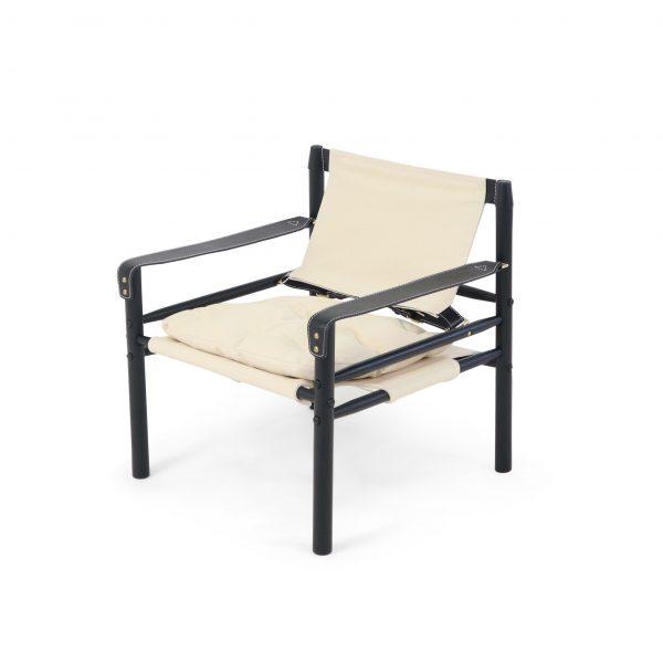 Sirocco i ljus canvas, med svart bets och svarta läderdetaljer. Från Norell Möbel, Design Arne Norell.