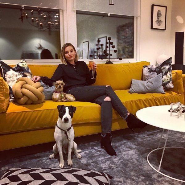 'Deep' soffa från Norell Möbel i gult tyg. (Foto från instagram @annaamariacornelia)