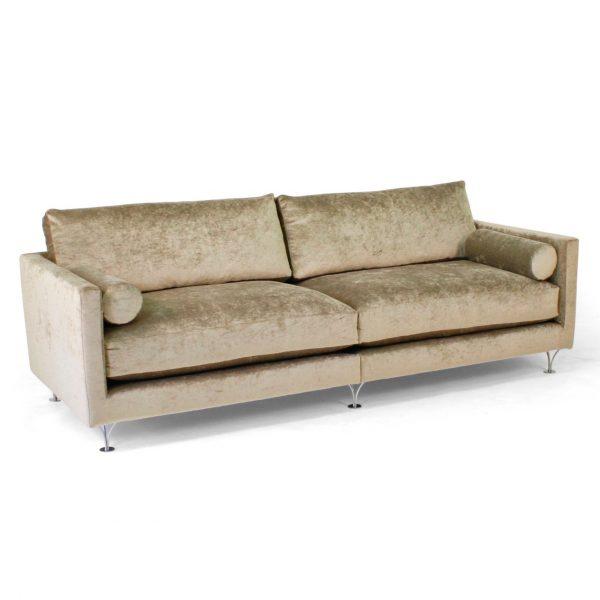 Deep soffa med runda armstödskuddar. Design: Norell Möbel