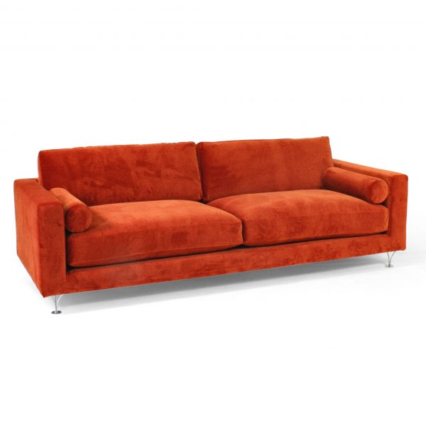 Röd Deep-soffa med runda armstödskuddar. Design: Norell Möbel.