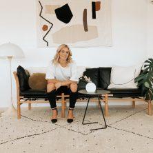 Ilona från Norell Möbel i svart läder och bok natur. Foto: Kirsten Reid, Nya Zealand.