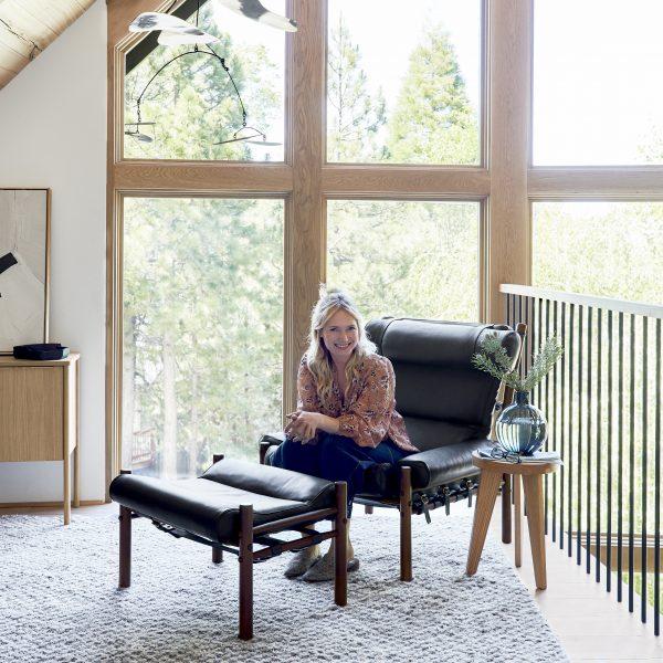 Emily Henderson i sin Inca-fåtölj från Norell. Design: Arne Norell.