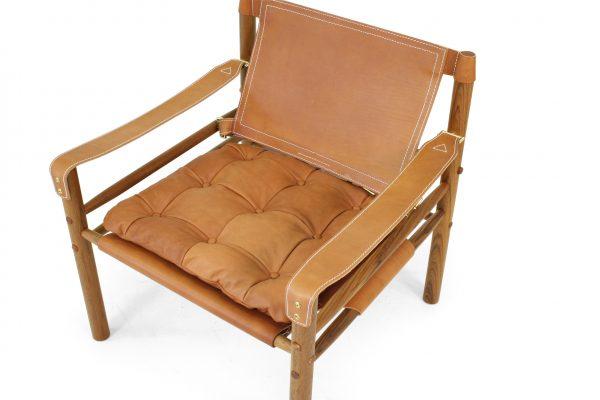 Sirocco i whiskey-läder samt teakträ. Design Arne Norell.