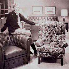 Britta Norell visar upp Norell-möbler