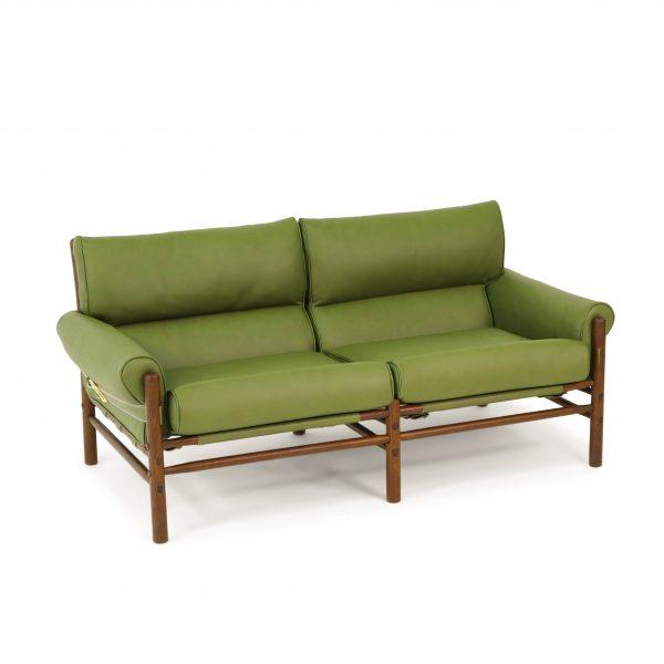 Kontiki i olivgrönt läder från Tärnsjö Garveri, specialtillverkat för Norell. Trästomme i valnötsbetsad bok. Design: Arne Norell 1970
